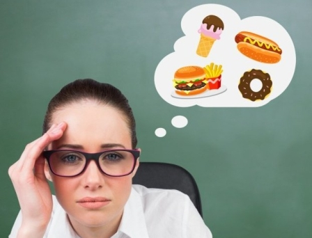 Persona-pensando-comer